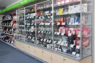 Prodejní policové regály v prodejně elektrospotřebičů