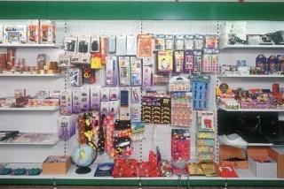 Prodejní regály na hračky a bytové doplňky