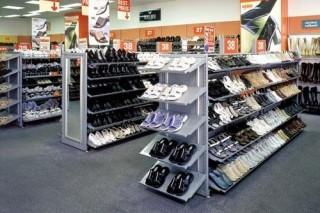 Prodejní regály na obuv do obchodu